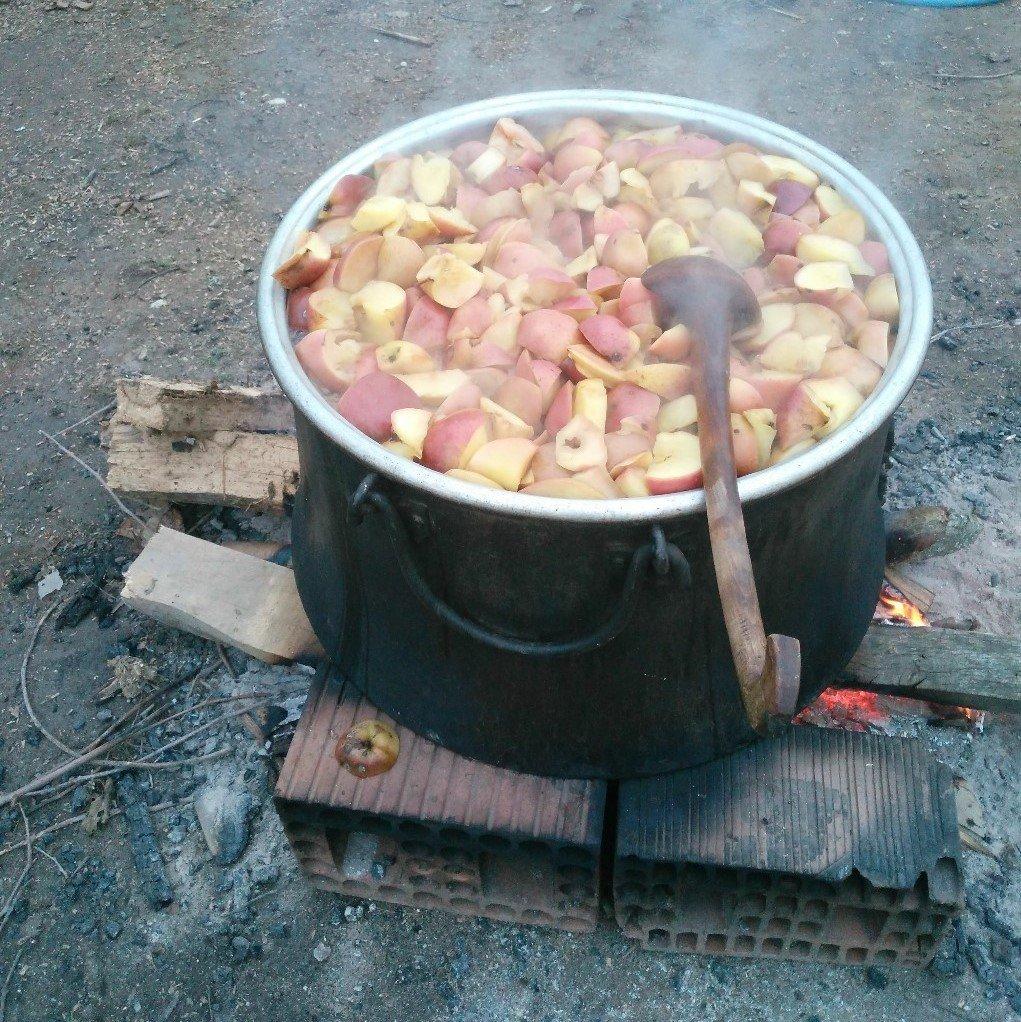 doğal köy elması kazanlarda kaynatılıyor
